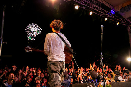 TOSHI-LOW<br>『New Acoustic Camp』のライブ終了後に、10周年を記念した花火が打ち上げられた<br>©New Acoustic Camp