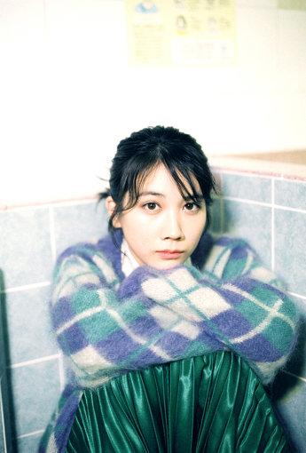 松本穂香(まつもと ほのか)<br>1997年2月5日生まれ。大阪府出身。2015年主演短編映画『MY NAME』でデビュー。その後、出演したNHK連続テレビ小説『ひよっこ』の青天目澄子役の好演が話題になる。映画『恋は雨上がりのように』『あの頃、君を追いかけた』などの映画に出演した他、日曜劇場『この世界の片隅に』(TBS)、『JOKER×FACE』(CX)などの連続ドラマの主演を務める。2019年には主演を務める映画『おいしい家族』『わたしは光をにぎっている』が公開。