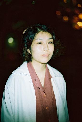 松井文(まつい あや)<br>平成元年横浜出身。1stアルバム『あこがれ』を大阪在住時にリリースし、フォークロックシーンで話題を呼んだ。2017年、折坂悠太監修のもと2ndアルバム『顔』を発表。「のろしレコード」旗揚げの呼びかけ人。2019年初冬、演劇ウンゲツィーファ『さなぎ』に俳優として出演。少年性と女性性の間を行き交う歌声が、日常を激情に寄せてくる。