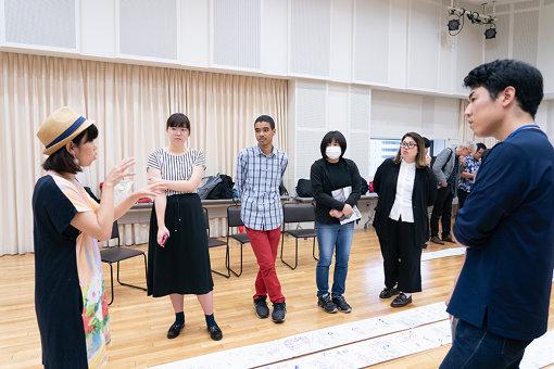 「あなたのポストトーク」2019年6月30日、7月6日。観客は語り手・聞き手・描き手の3役を3人1組で回す手法で、感想をシェアした。写真:加藤甫