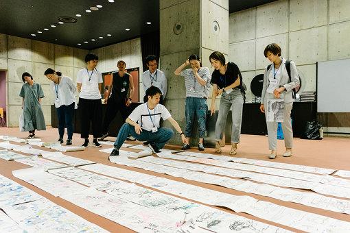 『プラータナー』スクール2019年6月26日。絵巻物のように4時間の公演が記録された11枚のグラフィックレコーディングがロビーに広げられた。写真:加藤甫