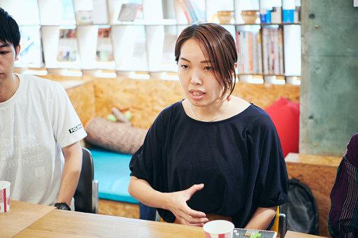 清水淳子(しみず じゅんこ)<br>グラフィックレコーダー。2013年Tokyo Graphic Recorderとして活動開始。同年、Yahoo! JAPAN入社。データサイエンティストと協業して、UXデザイナーとしてアプリ開発に携わる。著書に『Graphic Recorder ―議論を可視化するグラフィックレコーディングの教科書』(BNN新社)がある。現在は多摩美術大学情報デザイン学科 専任講師 / フリーランスで活動。