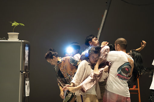 『プラータナー:憑依のポートレート』2019年6月26日ゲネプロ  セノグラフィー・振付の塚原悠也(contact Gonzo)も役者と共に舞台に立った 写真:高野 ユリカ