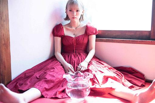 ロイ-RöE-(ろい)<br>頭から離れないメロディーと個性的な歌詞を紡ぎ出すシンガーソングライター。中学卒業後から独学で作曲を開始。2018年10月、1st Digital EP「ウカ*」をリリース、ワーナーミュージック・ジャパン内のレーベルunBORDEよりデビューを果たす。さらに、2019年4月スタートのフジテレビ系ドラマ「ストロベリーナイト・サーガ」のオープニングテーマに抜擢。同年5月に1st Digital Single「VIOLATION*」としてリリース。MVが100万回再生を超えるなど今、目が離せないアーティスト。