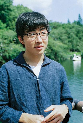 崎山蒼志(さきやま そうし)<br>2002年生まれ静岡県浜松市在住。母親が聞いていたバンドの影響もあり、4歳でギターを弾き、小6で作曲を始める。2018年5月9日にAbemaTV『日村がゆく』の高校生フォークソングGPに出演。独自の世界観が広がる歌詞と楽曲、また当時15歳とは思えないギタープレイでまたたく間にSNSで話題になる。2019年10月30日に2ndアルバム『並む踊り』をリリースした。