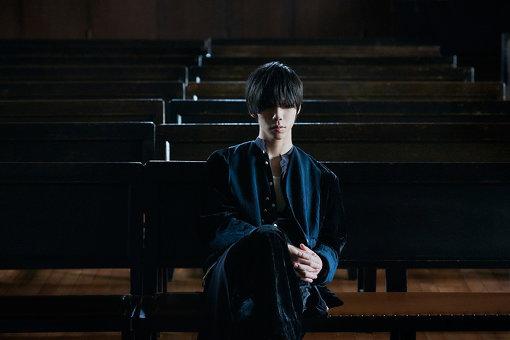 Sano ibuki(さの いぶき) 撮影:山﨑泰治<br>2017年、本格的なライブ活動を開始。自主制作音源『魔法』がTOWER RECORDS 新宿店バイヤーの耳に留まり同年12月に同店限定シングルとしてCD化(現在は販売終了)。2018年7月4日、初の全国流通盤となる1st Mini Album 『EMBLEM』を発売。2019年11月6日、構想約2年をかけてSanoが紡いだ空想の物語の主題歌たちを収録したデビューアルバム『STORY TELLER』をEMI Recordsより発売する。