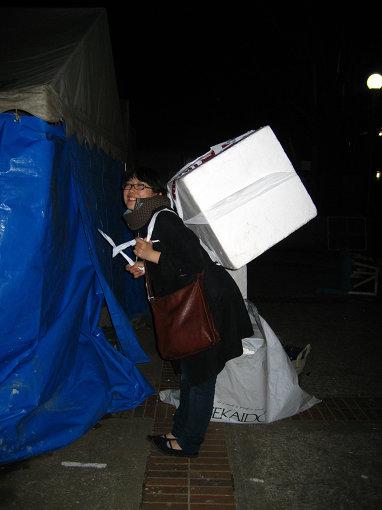 ラミ子提供写真「学校から発泡スチロールを運ぶ柴田」