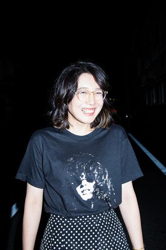"""柴田聡子(しばた さとこ)<br>1986年札幌市生まれ。大学時代の恩師の一言をきっかけに、2010年より都内を中心に活動を始める。最新作『がんばれ!メロディー』まで、5枚のアルバムをリリースしている。2016年に上梓した初の詩集『さばーく』が『第5回エルスール財団新人賞「現代詩部門」』を受賞。現在、雑誌『文學界』でコラムを連載しており、文芸誌への寄稿も多数。2019年10月、初のバンドツアーの千秋楽公演を収録したライブアルバム『SATOKO SHIBATA TOUR 2019 """"GANBARE! MELODY"""" FINAL at LIQUIDROOM』をリリースした。"""