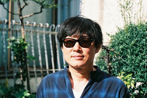 浅田信一(あさだ しんいち)<br>1995年、バンド「SMILE」のボーカリスト兼ソングライターとして、ソニーミュージックよりメジャーデビュー。現在は、ソロアーティスト活動や作品提供の他、音楽プロデューサーとしても、新人アーティストからベテランまで幅広く手掛けている。