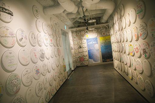 多数のアーティストのサインボードが飾られたSpotify Japan