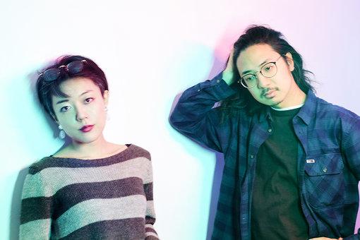 CRCK/LCKS(くらっくらっくす)<br>左から:小田朋美、小西遼<br>2015年結成のポップスバンド。ジャズ界隈をメインに活動していた彼らによるポップスは、ハイセンスな楽曲群に加え、そのフィジカルの強さにより各方面から賞賛を獲る。メンバーそれぞれがcero(小田朋美)、TENDRE(小西遼)、菅田将暉(越智俊介)、くるり(石若駿)などJ-POPの中心をサポートし、着実にプレイヤーとして、バンドとして成長を見せるなか、2019年10月16日に1stフルアルバム『Temporary』を発表。アルバムツアーファイナル同日に新作EP『Temporary vol.2』をリリースする。