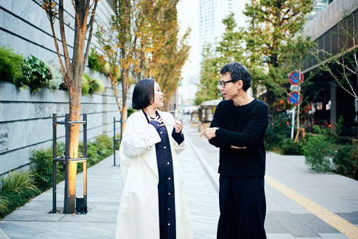 荏開津広(えがいつ ひろし / 右)<br>執筆 / DJ / 京都精華大学、東京藝術大学非常勤講師、東京生まれ。東京の黎明期のクラブ、P.PICASSO、MIX、YELLOWなどでDJを、以後主にストリート・カルチャーの領域で国内外にて活動。2010年以後はキュレーション・ワークも手がける。