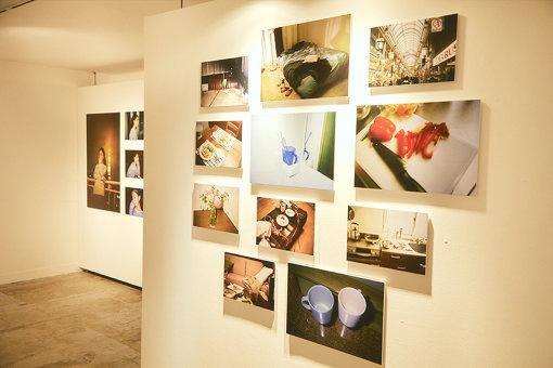 『濡れゆく私写真展「川谷絵音が撮りおろした二人の日々」』。川谷絵音が700枚ほどフィルムで撮影したものの中から厳選された写真が展示されていた。