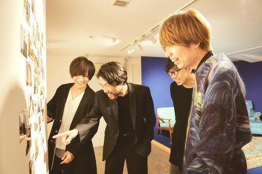 左から:長田カーティス、佐藤栄太郎、後鳥亮介、川谷絵音
