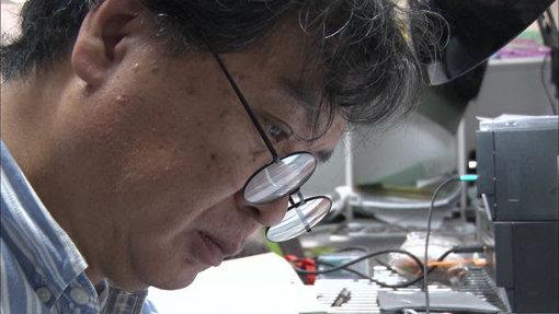 """片渕須直監督。ドキュメンタリー映画『<片隅>たちと生きる 監督・片渕須直の仕事』より。本ドキュメンタリーのために、コトリンゴはテーマ曲""""かんとくさん""""を書き下ろした"""