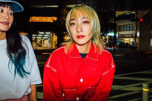 """あっこゴリラ<br>ドラマーとしてメジャーデビューを果たし、バンド解散後、ラッパーとしてゼロから下積みを重ねる。2018年に「再」メジャーデビューを飾り、台湾で撮影を敢行した""""余裕""""など、国内に限らず海外で制作したMVも話題に。さらに、同年12月1stフルアルバム『GRRRLISM』をリリース。ちなみにゴリラの由来はノリ。"""