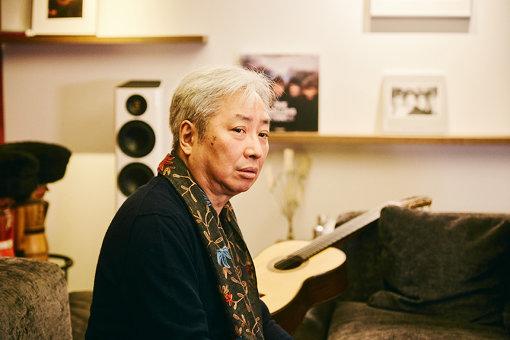 福田進一(ふくだ しんいち)<br>大阪生まれ。1977年に渡仏し、アルベルト・ポンセ、オスカー・ギリアの両名教授に師事した後、1981年『パリ国際ギターコンクール』でグランプリ優勝、さらに内外で輝かしい賞歴を重ねた。以後35年に亘り、ソロリサイタル、内外の主要オーケストラとの協演、エドゥアルド・フェルナンデスとのデュオをはじめとする超一流ソリストとの共演など、その活動は留まることを知らない。19世紀ギター音楽の再発見から現代音楽まで、そのボーダーレスな音楽への姿勢は世界中のファンを魅了している。