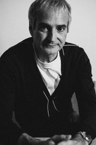 オリヴィエ・アサイヤス<br>1955年1月25日、パリに生まれる。画家・グラフィックデザイナーとしてキャリアをスタートし、フランスの映画批評誌『カイエ・デュ・シネマ』の編集者として文化とテクノロジーのグローバル化への興味を追求しながら、1980~1985年、自身の短編映画製作を始める。長編初監督作『無秩序』(1986年)が『ヴェネツィア国際映画祭』で「国際批評家週間賞」を受賞。これまで、世界的な認知をもたらす、豊かで多様な作品を一貫して発表してきた。