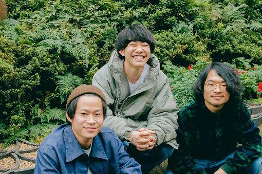 zo-sun park(ぞーさんぱーく)<br>CAP:左から:キクリン、田辺太郎亮介、ヤマセ・ハン<br>2018年初頭、田辺太郎亮介(Vo,Gt)、キクリン(Ba,Cho)、ヤマセ・ハン(Dr,Cho)により札幌にて結成。オールドスクールともニューウェーブとも捉えられるポップソングを歌う。2019年Victor主催『ワン!チャン!!』オーディションにてグランプリを獲得し、『ビクターロック祭り2019』at幕張メッセに出演。11月20日に初の全国流通盤『MAL FROM』をリリースした。