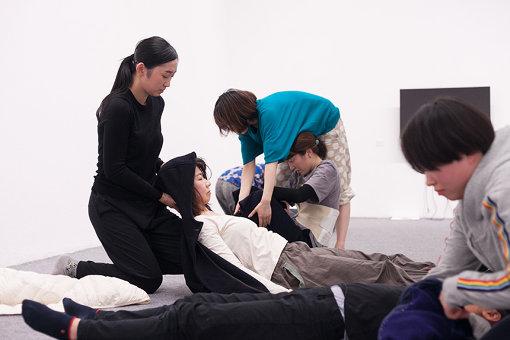 「変身」公開ワークショップ中、参加者の介護体験から生まれた「介助ダンス」の練習の様子 / 2020年1月13日(月・祝)14:00から参加者による最終発表が行われる