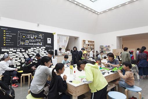 『アートセンターをひらく 第Ⅰ期』での「ひらくカフェ」の様子。大きな展示室のひとつを多世代が多目的に使えるカフェに転用した / 撮影:松本美枝子 写真提供:水戸芸術館現代美術センター