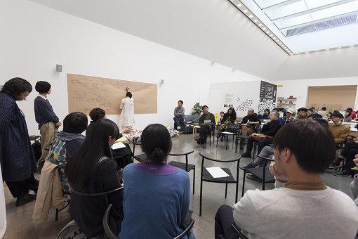 『アートセンターをひらく 第Ⅰ期』より座談会「いま、必要な場所」の様子。様々なかたちでアートセンターの役割をめぐる対話を行い、次のアートセンター像を参加者とともに描いていく / 撮影:松本美枝子 写真提供:水戸芸術館現代美術センター
