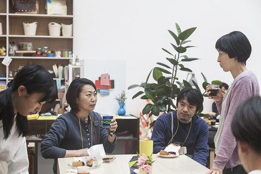 『アートセンターをひらく 第Ⅰ期』アーティストとの交流の場として開催した「週末の朝ごはん会」の様子。滞在アーティストから制作中の話を聞いたり、カフェで活動している人や集まった人との情報交換が出来る場となり、水戸市内のパン屋やお菓子屋が朝ご飯を出張販売した / 撮影:松本美枝子 写真提供:水戸芸術館現代美術センター