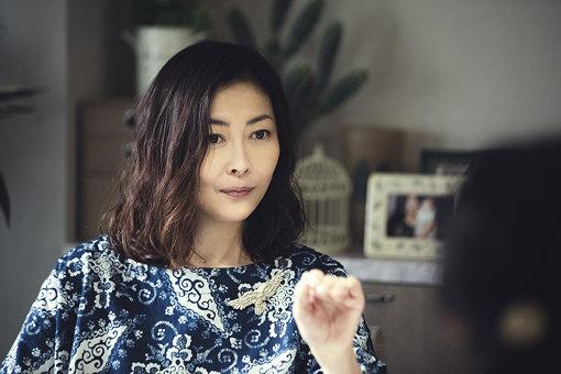場面写真:漫画家である内田百々子役を務めるのは中山美穂