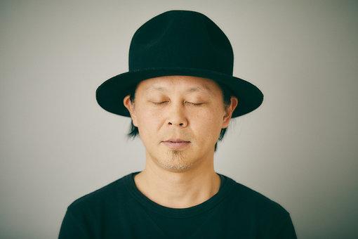 """KEN ISHII(ケン イシイ)<br>「東洋のテクノ・ゴッド」との異名を持つ、アーティスト、DJ、プロデューサー。1年の半分近い時間を海外でのDJで過ごす。︎1993年、ベルギーのレーベル「R&S」からデビュー、イギリスの音楽誌「NME」のテクノチャートでNo.1を獲得。1996年アルバム『Jelly Tones』をリリース。このアルバムからのシングル「Extra」のアニメーションMV(映画「AKIRA」の作画監督/森本晃司監督作品)が、イギリスの""""MTV DANCE VIDEO OF THE YEAR""""を受賞した。2017年にはベルギーで行われている世界最高峰のビッグフェスティバル<Tomorrowland>に出演するなど常にワールドワイドに活躍している。"""
