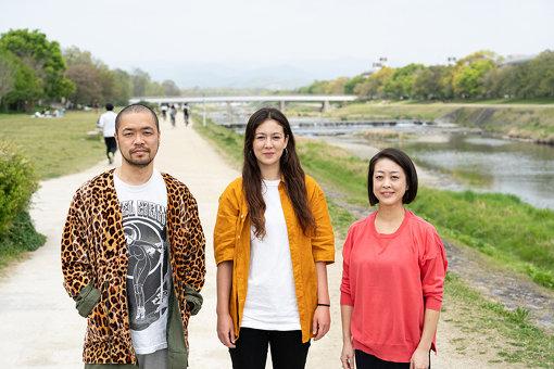 2020年からの次期『KYOTO EXPERIMENT 京都国際舞台芸術祭』プログラムディレクターに就任した3人。左から:塚原悠也、ジュリエット・礼子・ナップ、川崎陽子 / Photo by Takuya Matsumi