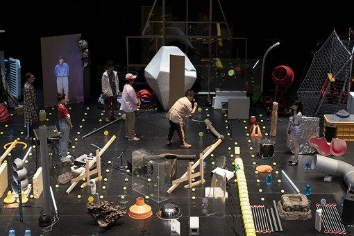 『KYOTO EXPERIMENT2019』の公演プログラム、チェルフィッチュ×金氏徹平『消しゴム山』 / Photo by Yuki Moriya