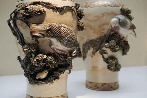 初代宮川香山『鳩桜花図高浮彫花瓶』(1871~82年頃)