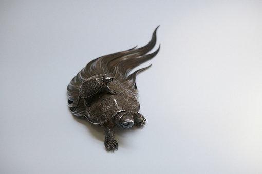 最初に眉村さんが興味を持ったのは、こちらの亀の置物 / 香川勝広『銀製置物 蓑亀之彫刻』(1908年)