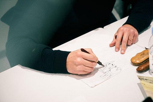 インタビュー中、マティアスは手元のノートにデッサンをしていた