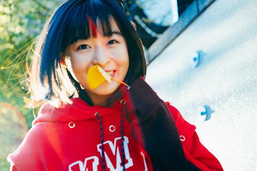 森七菜(もり なな)<br>2001年8月31日生まれ大分県出身。2016年に大分県でスカウトされる。2019年7月に公開された映画『天気の子』のヒロイン・天野陽菜役に抜擢され注目を浴びる。他にも数多くの映画、ドラマに出演し話題を呼ぶ。2020年1月17日公開の岩井俊二監督作品映画『ラストレター』に岸辺野颯香/遠野裕里(回想)役にて出演。デビュー曲となる主題歌『カエルノウタ』を2020年1月15日にリリースする。