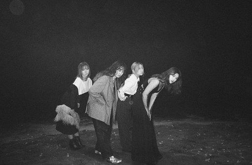 赤い公園(あかいこうえん)<br>2010年1月結成。石野理子(Vo)、津野米咲(Gt)、藤本ひかり(Ba)、歌川菜穂(Dr)の4人組バンド。高校の軽音楽部で出会い、藤本、歌川、佐藤千明(前Vo)のバンドにサポートとして津野が加入。2017年8月に佐藤が脱退。ボーカリストを探す中、時を同じくして所属グループ「アイドルネッサンス」が解散した石野と運命的な出会いを果たし、即座に加入決定。2020年1月、新体制初シングル『絶対零度』をリリース。