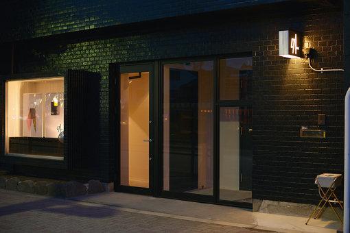 空間現代によるスタジオ、ライブハウス「外」