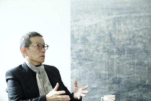 椿昇<br>京都造形芸術大学芸術学部美術工芸学科教授。アメリカ同時多発テロ事件をきっかけとした「UN APPLICATION PROJECT」、東日本大震災復興のための「VITAL FOOT PROJECT」など、時勢を受け、様々なプロジェクトを展開してきた。長年にわたってアート教育にも携わり、京都造形芸術大学美術工芸学科の卒展をアートフェア化、内需マーケット育成のためにアルトテックを創設。アートを持続可能社会実現のイノベーションツールと位置づけている。