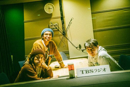エレ片(えれかた)<br>上:片桐仁、左下:やついいちろう(エレキコミック)、右下:今立進(エレキコミック)<br>エレキコミックのやついいちろう・今立進、片桐仁からなるお笑いユニット。2006年からラジオ番組『JUNKサタデー エレ片のコント太郎』(TBSラジオ)を放送、ライブ活動も精力的に行なう。