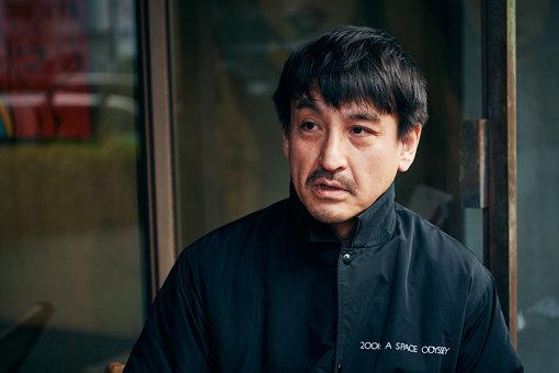 永戸鉄也<br>アートディレクター、1970年東京生まれ。広告、パッケージデザイン、ミュージックビデオ、ドキュメンタリー映像、展覧会キュレーション等。音楽、ファッション、アートの領域でディレクションを行う。