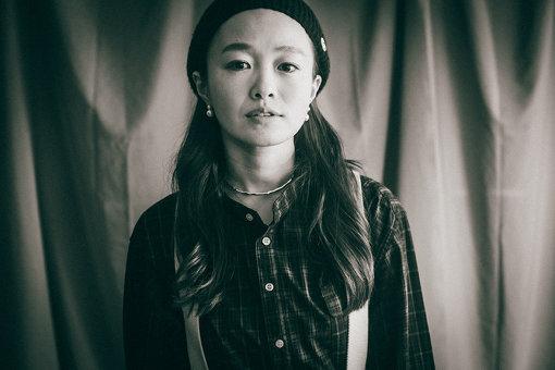 NakamuraEmi(なかむら えみ)<br>1982年生まれ。神奈川県厚木市出身。カフェやライブハウスなどで歌う中で出会ったヒップホップやジャズに憧れ、歌とフロウの間を行き来する現在の独特なスタイルを確立する。2016年1月20日、日本コロムビアよりメジャーデビュー。2020年2月5日、『NIPPONNO ONNAWO UTAU BEST2』をリリースし、3月からはアルバムを携えてのライブを行うことが決定している。