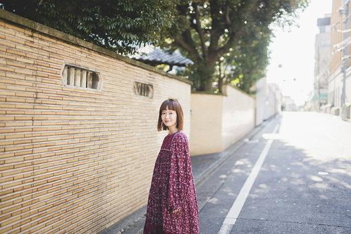柴田紗希(しばた さき)<br>「しばさき」の愛称で幅広い年齢層の女性から親しまれる愛知県出身のモデル。ファッションモデルとして人気女性ファッション誌『mer』で12か月連続表紙を飾る。ヴィンテージアイテムに詳しく、自身がプロデュースする配信番組『usum』で自らセレクトした洋服とヴィンテージアイテムの販売も行なっている。また、最近では全国各地を飛び回り地方の活性化にも力を注いでおり、現在は離島のPRアンバサダーも務める。