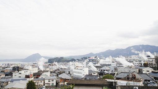 入江が訪れた別府・鉄輪地域は街中から温泉の蒸気が吹き出している。