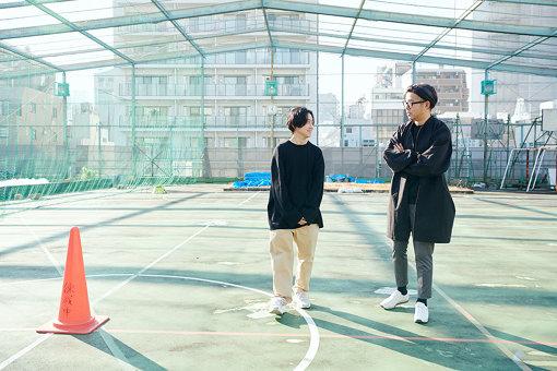 左から:青木彬、宮本武典。青木がキュレーションする会場である屋上にて