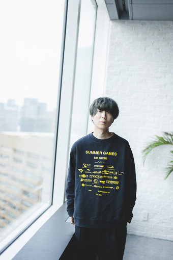 """川谷絵音<br>1988年12月3日生まれ、長崎県出身のミュージシャン / 作詞家 / 作曲家 / プロデューサー。indigo la End、ゲスの極み乙女。を結成し、2014年に同時メジャー・デビュー。DADARAYのプロデューサー、ジェニーハイのプロデューサー&ギターとして活動する他、他アーティストへの楽曲提供も行なう。ichikoroでは""""Think""""名義でギターを担当。2018年には俳優デビューを果たす。また""""独特な人""""や""""美的計画""""といったソロ・プロジェクトを展開するなど、活動は多岐にわたる。"""