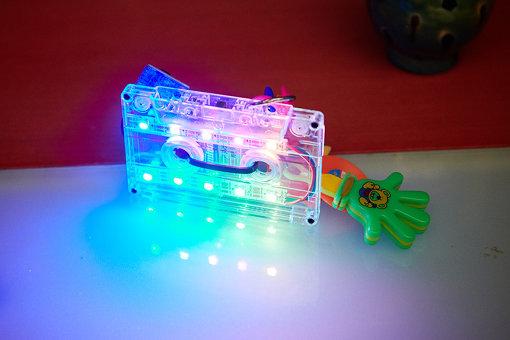 LEDを埋め込み、光り方のプログラムを書き込んで作った「光るカセットテープ」