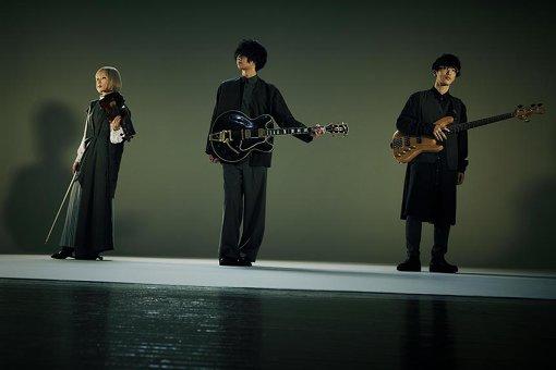 """レルエ<br>左から:saya、櫻井健太郎、エンドウリョウ<br>2013年8月、櫻井健太郎(Vo,Gt)、エンドウリョウ(Ba)、saya(Violin,Syn)の3人で結成。透きとおるようなハイトーンボイスとエレクトロサウンド、ギター、バイオリンによる、個性的なメロディーが特徴の3人組バンド。『METROCK 2019』『JOIN ALIVE 2019』『PIA MUSIC COMPLEX』等の大型フェスへ相次いで出演。アニメ「モンスターストライク」最終章『エンド・オブ・ザ・ワールド』主題歌へ書き下ろした""""キミソラ""""を収録した1st EP『Eureka』を2020年3月4日にビクターエンタテインメントよりリリースすることが決定。"""