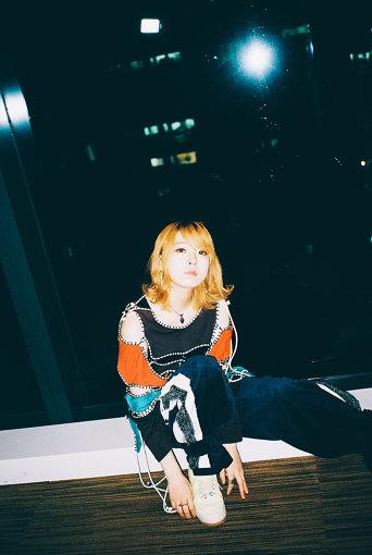 """ましのみ<br>1997年2月12日生まれのシンガーソングライター。2016年3月、ヤマハグループが主催する日本最大規模の音楽コンテスト『Music Revolution 第10回東日本ファイナル』で約3000組の中からグランプリを獲得。2018年2月、大学在学中に『ぺっとぼとリテラシー』でメジャーデビュー。2020年3月18日、ドラマ『死にたい夜にかぎって』のオープニング主題歌""""7""""を収録したミニアルバム『つらなってODORIVA』をリリース。"""