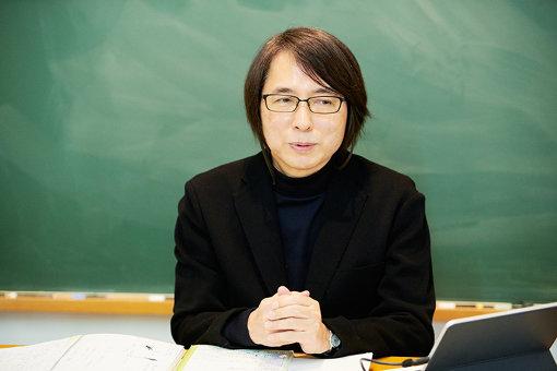 佐藤雅彦<br>1954年、静岡県生まれ。東京大学教育学部卒。現在、東京藝術大学大学院映像研究科教授。慶應義塾大学佐藤雅彦研究室の時代から手がけている、NHK教育テレビ『ピタゴラスイッチ』、『0655/2355』など、分野を超えた独自の活動を続けている。『平成25年紫綬褒章』受章。2014年、2018年『カンヌ国際映画祭』短編部門招待上映。