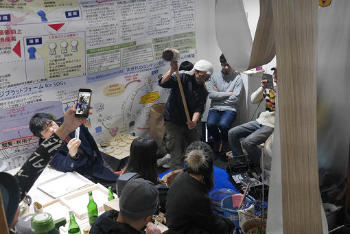 東野哲史『a頭かな柔さはら』展、関連イベント『ホネグミ 4th ギグ 4 UWI』での様子 / 会場:Art Center Ongoing